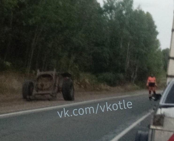 На кировской трассе опрокинулся прицеп: дорогу завалило горохом