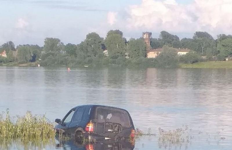 В Кировской области автомобилист на спор утопил машину