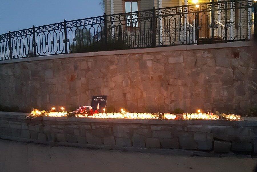 7 rotated e1620855755625 В Кирове зажгли свечи в память о школьниках Казани