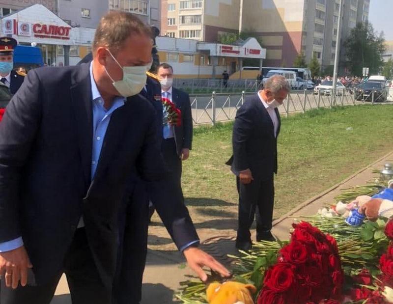 Komarov Игорь Комаров навестил пострадавших детей и возложил цветы в память о погибших в Казани