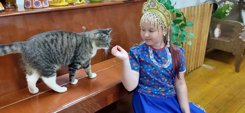 Кот в штате: сотрудникам Верхошижемского музея в работе помогает хвостатый сотрудник