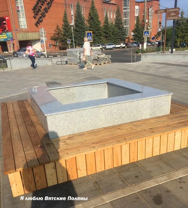 В Вятских Полянах появились скамейки-клумбы