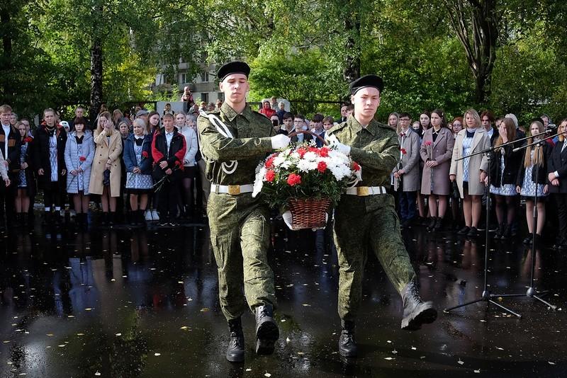 dscf9231 В Кирово-Чепецке открыли бюст в честь земляка-бойца 6-й роты