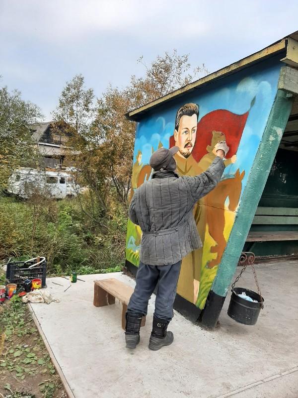 В Кировской области умелец раскрашивает старые остановки