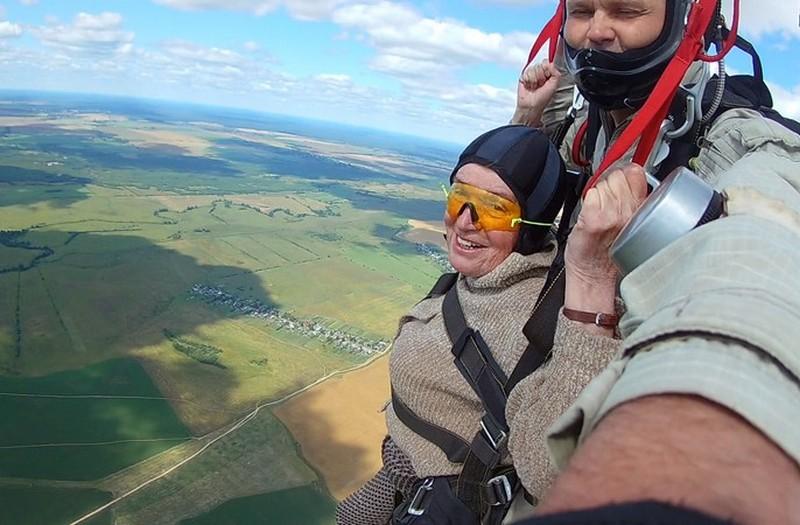 73-летняя жительница Кировской области прыгнула с парашютом