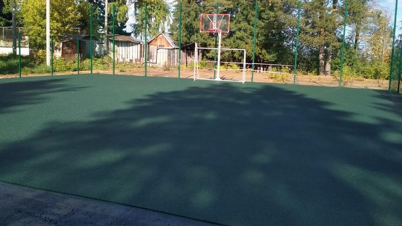 В нововятском парке резиной покрывают спортплощадку