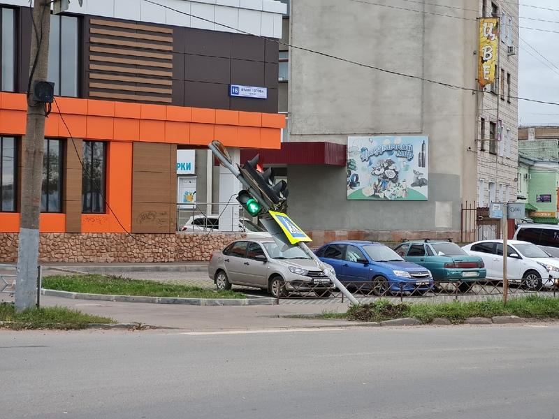 svetofor В Кирове на улице Воровского упал светофор
